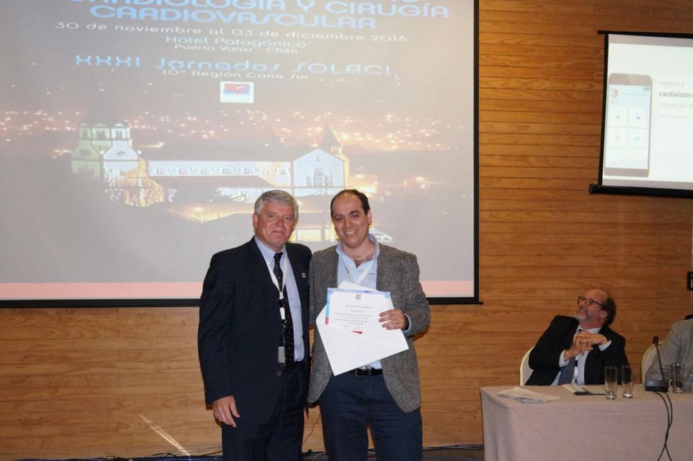 El Dr. Mayol le entrega el premio al Dr. Martín Valdebenito.