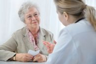La estrategia invasiva en pacientes frágiles es segura